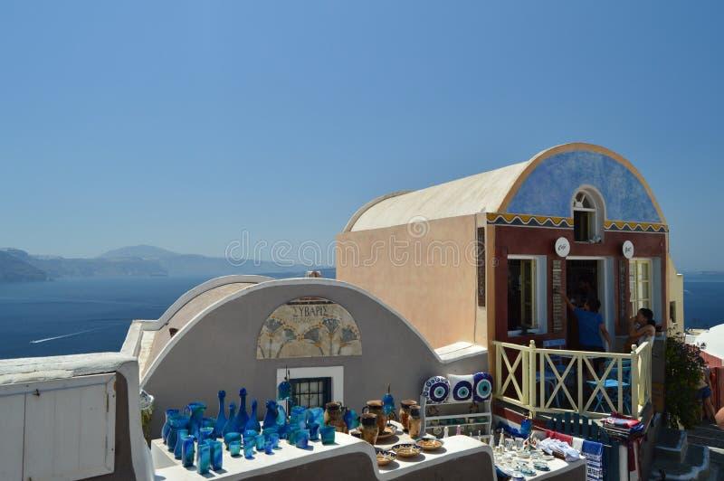 Tiendas de souvenirs pintorescas en Main Street hermoso de Oia en la isla de Santorini Arquitectura, paisajes, viaje, cruis fotografía de archivo