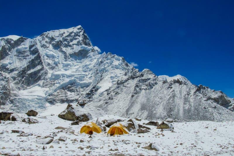 Tiendas del campo bajo de Everest en el glaciar EBC, lado de Khumbu de Nepal imagenes de archivo
