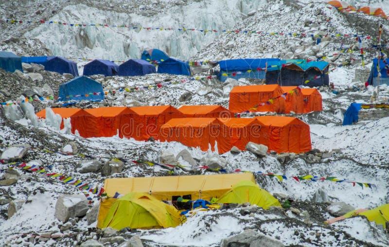 Tiendas del campo bajo de Everest en el glaciar EBC, lado de Khumbu de Nepal imagen de archivo libre de regalías