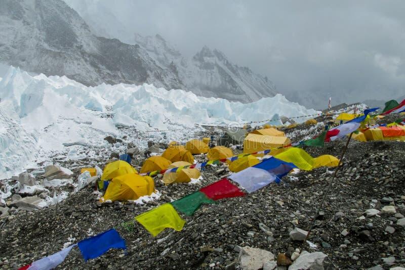 Tiendas del campo bajo de Everest en el glaciar EBC, lado de Khumbu de Nepal imágenes de archivo libres de regalías