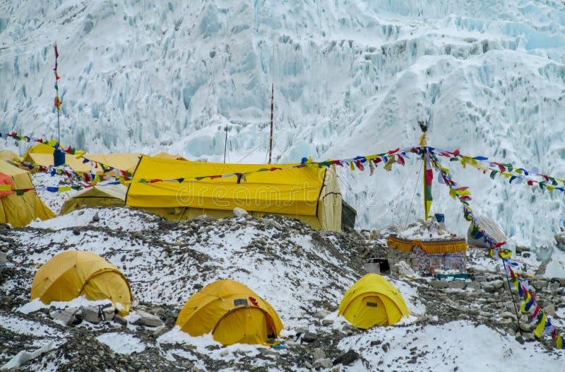 Tiendas del campo bajo de Everest en el glaciar EBC, lado de Khumbu de Nepal fotografía de archivo