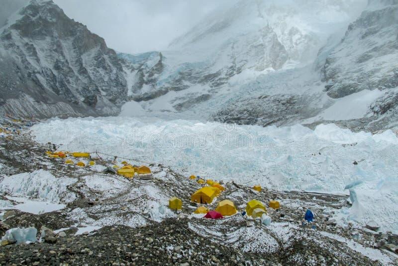 Tiendas del campo bajo de Everest en el glaciar EBC, lado de Khumbu de Nepal foto de archivo libre de regalías