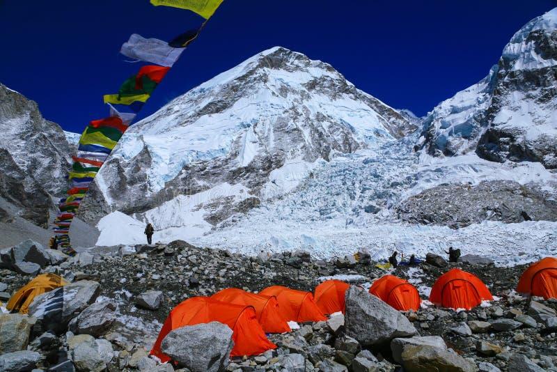 Tiendas del ` de los escaladores de Everest en el glaciar de Khumbu con las banderas del rezo imagen de archivo libre de regalías
