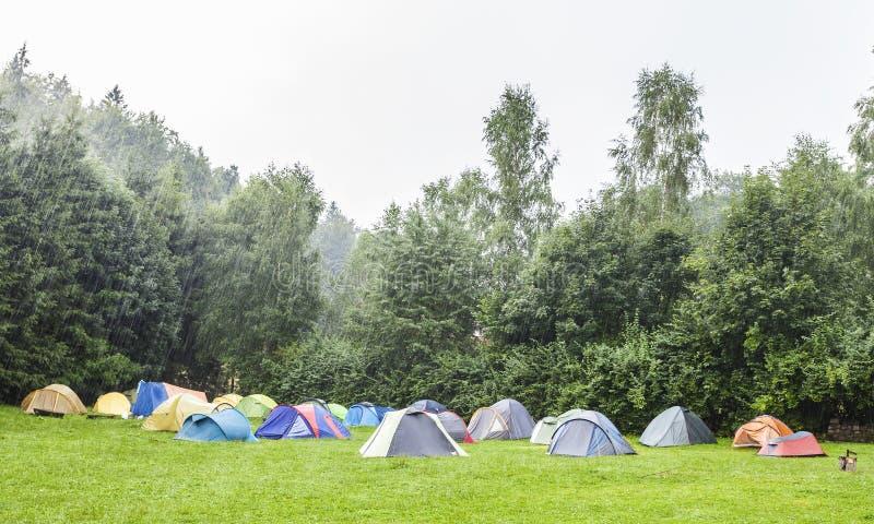 Tiendas en camping en la lluvia foto de archivo