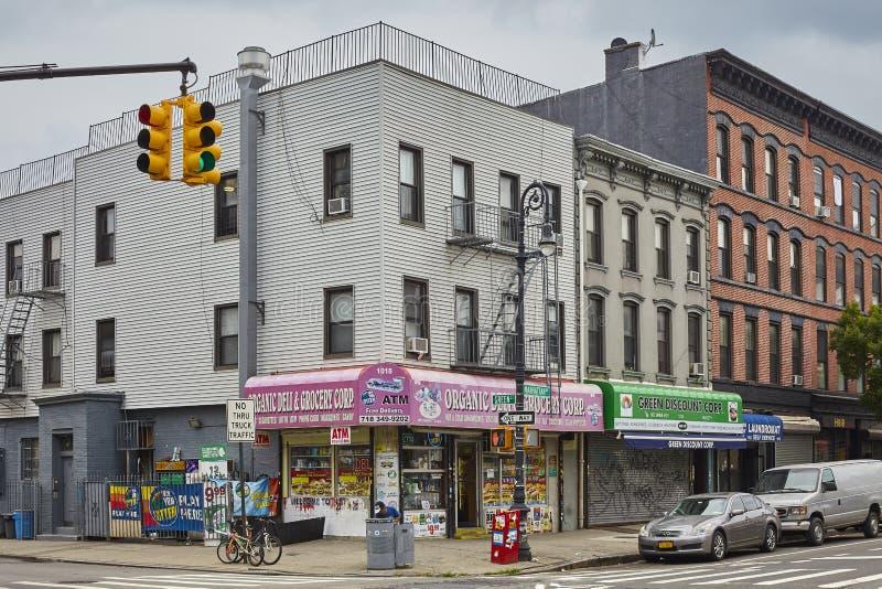 Tiendas en la esquina de la avenida de Manhattan y del St verde imagenes de archivo