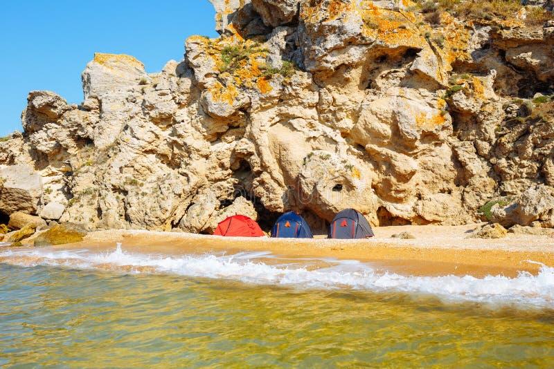 Tiendas en la playa en las rocas Visi?n desde el agua imágenes de archivo libres de regalías