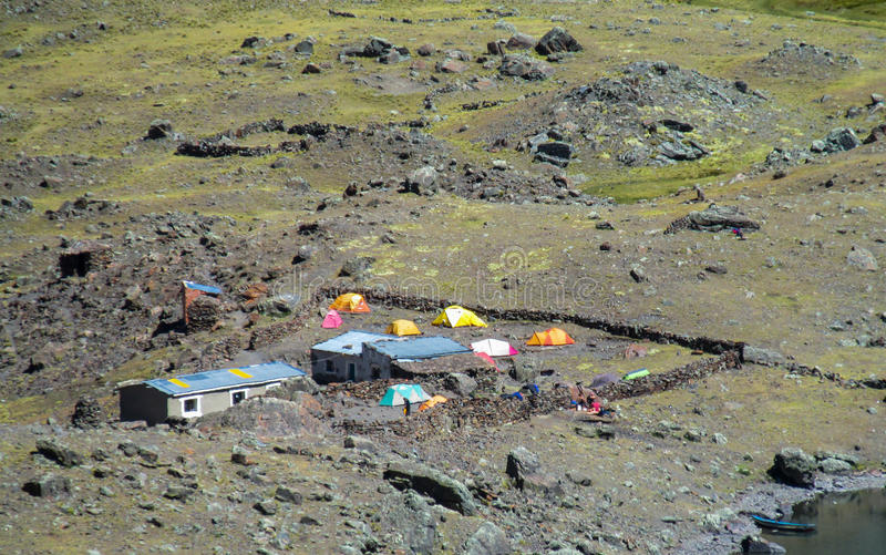 Tiendas en las rocas en las montañas fotos de archivo libres de regalías