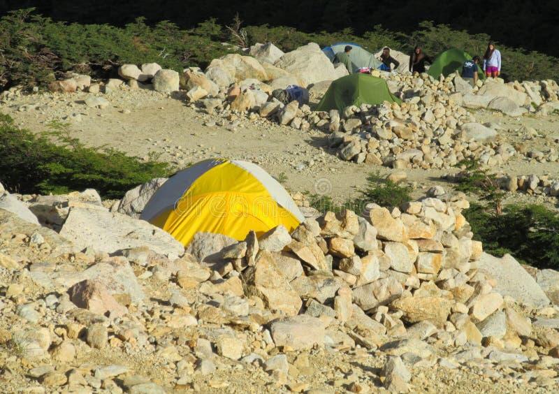 Tiendas en las rocas en las montañas fotos de archivo