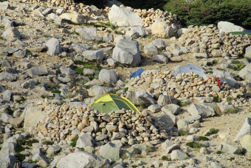 Tiendas en las rocas en las montañas imagenes de archivo