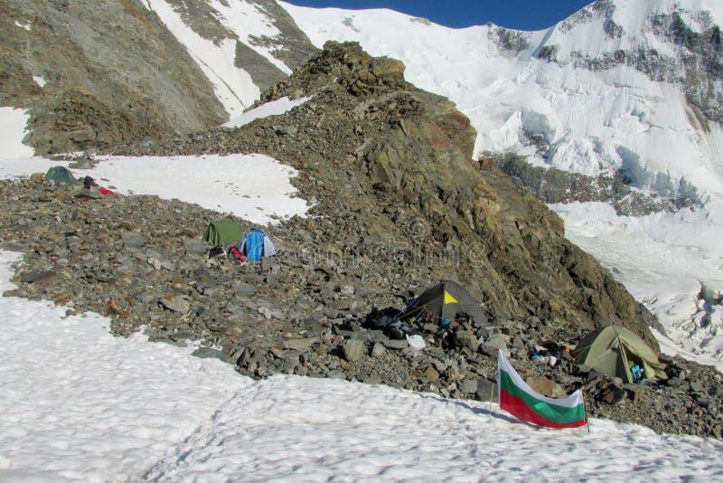 Tiendas en Tete Rus que acampa en las montañas imagen de archivo libre de regalías