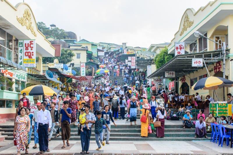 Tiendas y casas en la montaña de Kyaik Htee Yoe, estado de lunes, Myanmar Aprietan a la gente March-2018 fotos de archivo libres de regalías