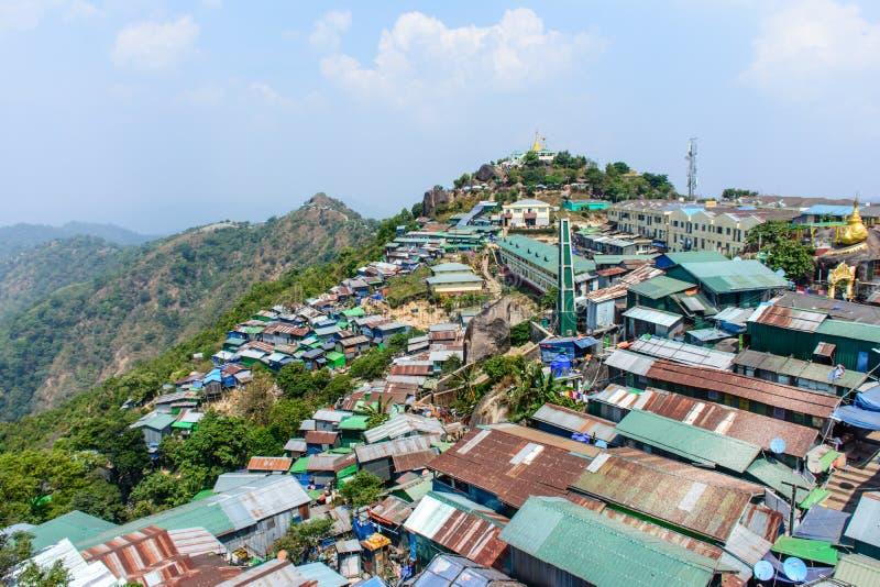 Tiendas y casas en la montaña de Kyaik Htee Yoe, estado de lunes, Myanmar, March-2018 foto de archivo
