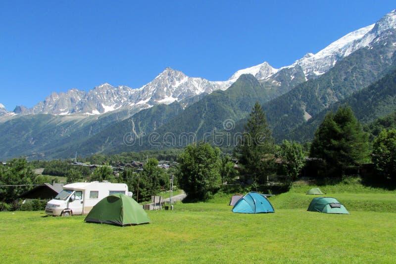 Tiendas y coche de la caravana en acampar en las montañas imagen de archivo