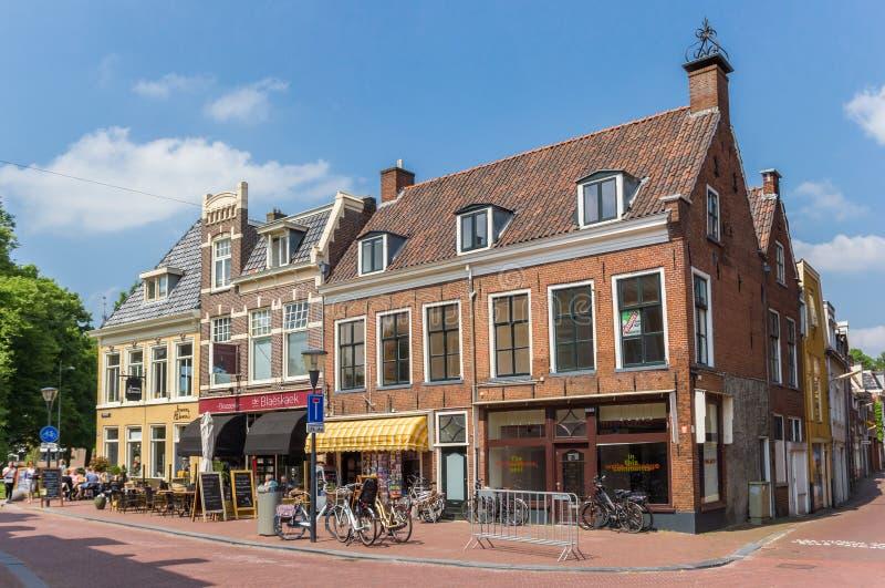 Tiendas y pubs en casas históricas en Leeuwarden imagenes de archivo