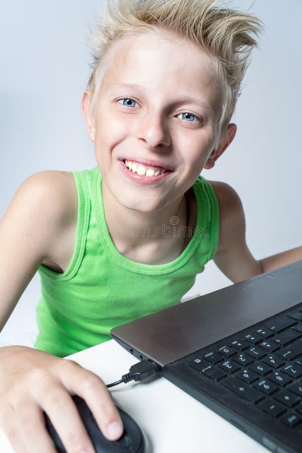 Tiener achter een computer royalty-vrije stock afbeeldingen