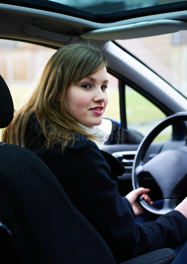 Tiener achter het wiel. stock afbeelding
