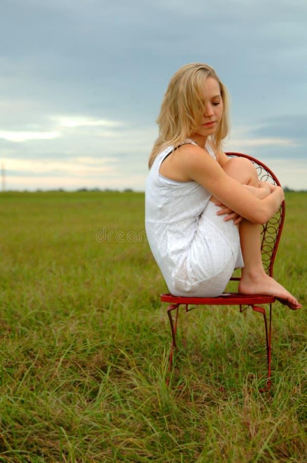 Tiener alleen op gebied stock fotografie