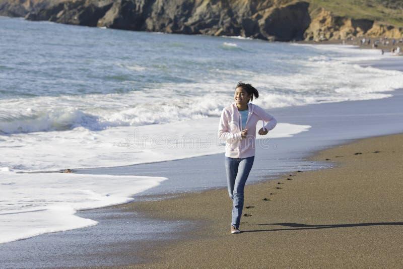 Tiener Aziatisch Meisje bij Strand stock fotografie