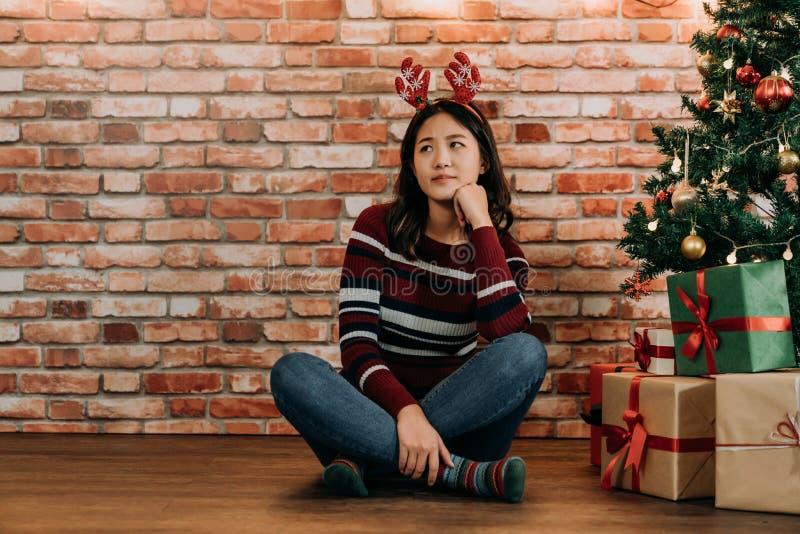 Tiener betrokken over de Kerstmisgiften stock foto