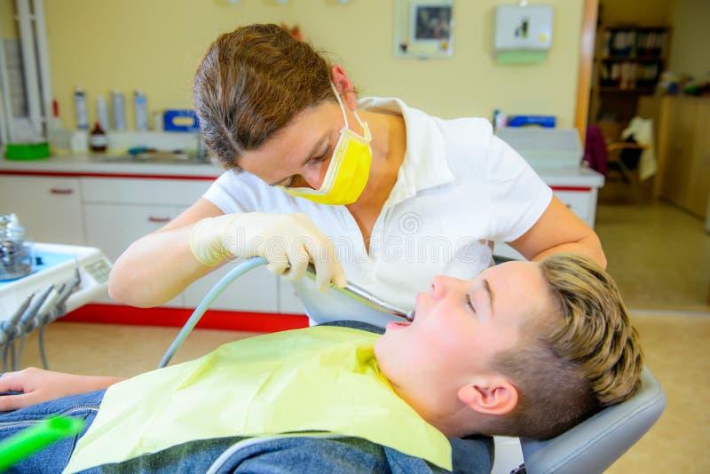 Tiener bij een vrouwelijke tandarts` s chirurgie royalty-vrije stock afbeeldingen