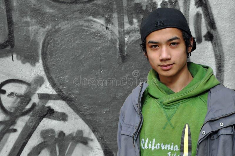 Tiener bij geschilderde muur royalty-vrije stock fotografie