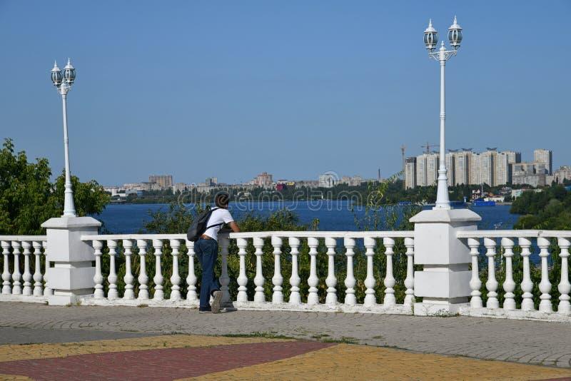 Tiener bij het bekijken van platform in de stad van Voronezh, Rusland stock foto's