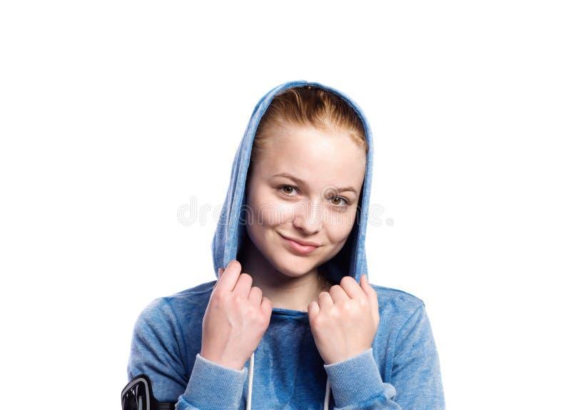 Tiener in blauw sweatshirt Geïsoleerd studioschot stock foto's