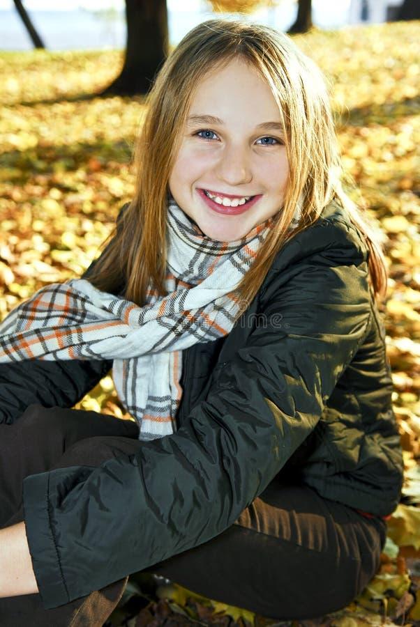 Tiener in de herfst stock afbeelding