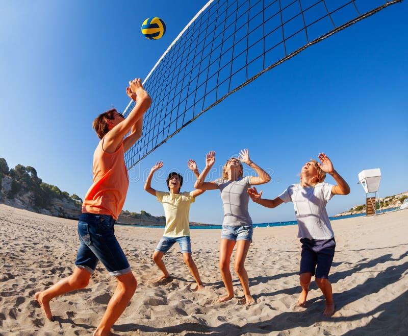 Tiener die aan aarvolleyball springen over netto stock fotografie