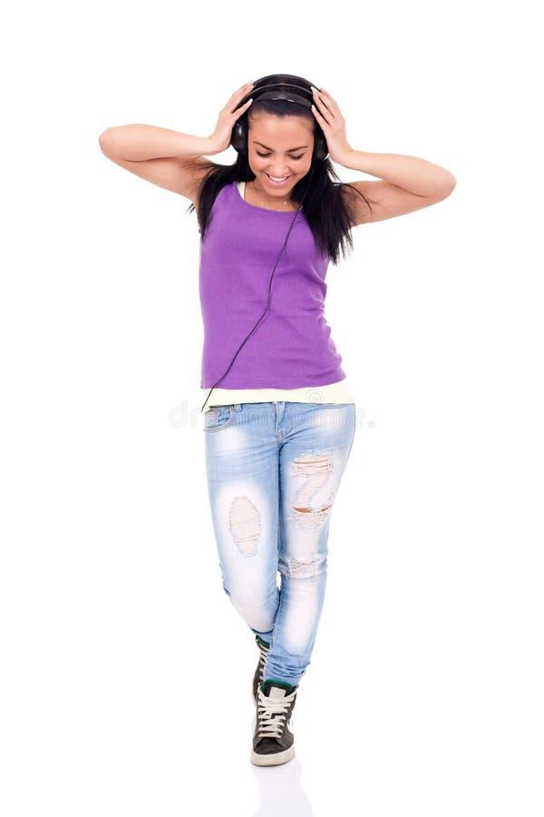 Tiener die aan gelukkige muziek luistert, royalty-vrije stock afbeelding