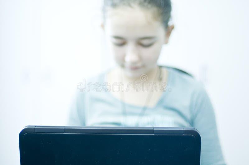 Tiener Die Aan Laptop Computer Werken Gratis Stock Afbeelding