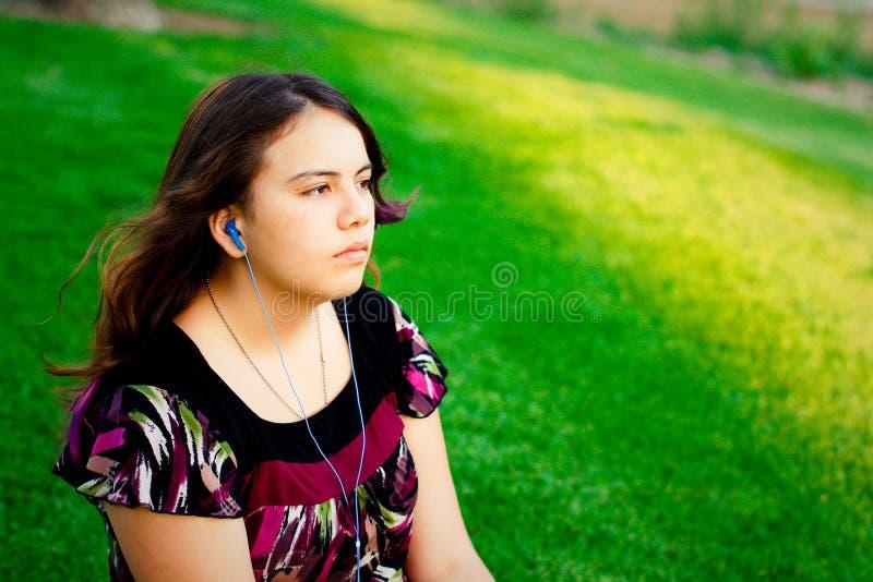 Tiener die aan muziek luistert stock afbeeldingen