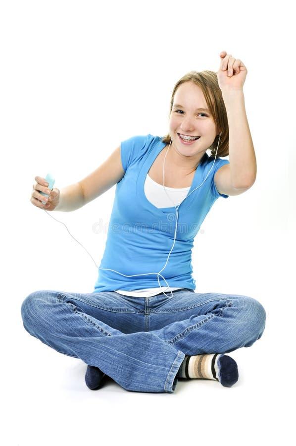 Tiener die aan muziek luistert stock foto