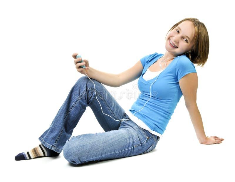 Tiener die aan muziek luistert royalty-vrije stock afbeeldingen