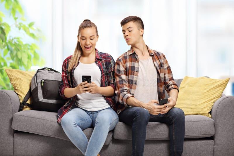 Tiener die bij de telefoon van een tiener gluren royalty-vrije stock foto