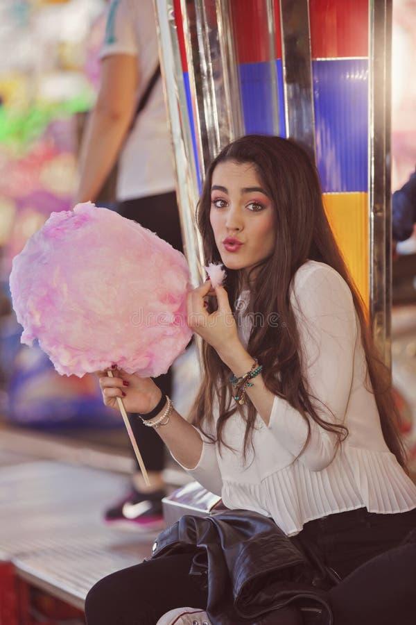 Tiener die bij markt gesponnen suikerzijde eten royalty-vrije stock fotografie