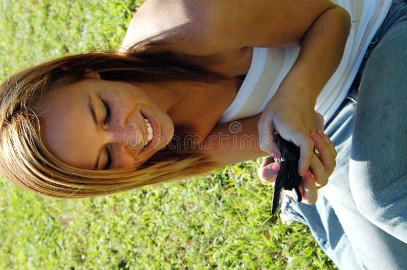 Tiener die celtelefoon met behulp van stock foto
