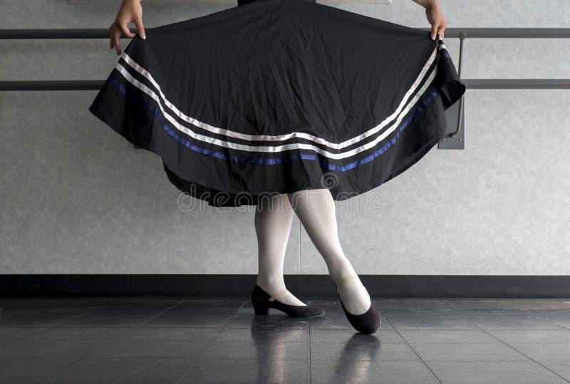 Tiener die die de dans van het karakterballet met rok doen in voorbereiding wordt gehouden stock afbeelding