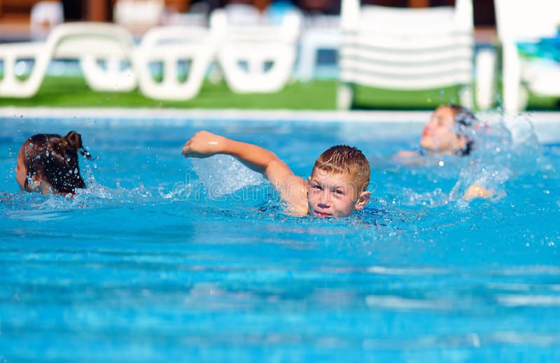 Tiener die in de pool zwemmen royalty-vrije stock fotografie
