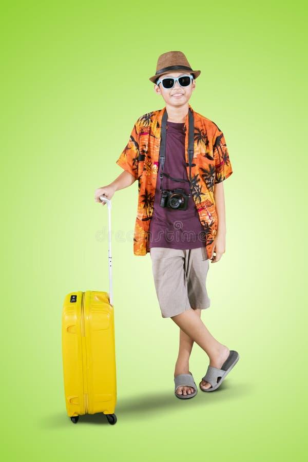 Tiener die de zomerkleren op studio dragen stock afbeelding