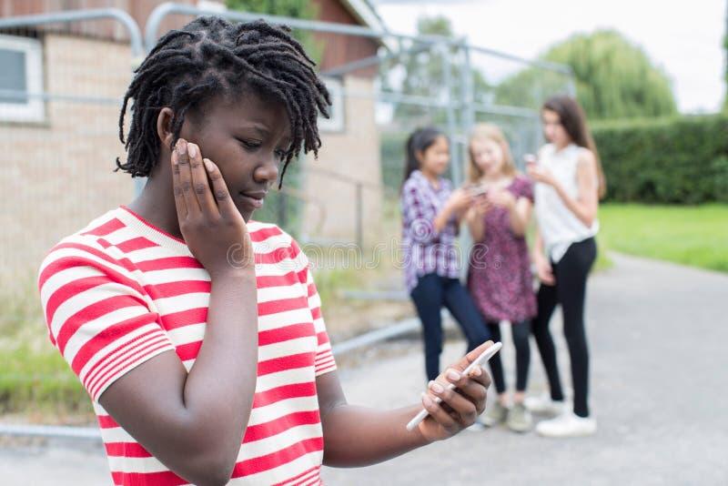 Tiener die door Tekstbericht worden geïntimideerd stock afbeelding