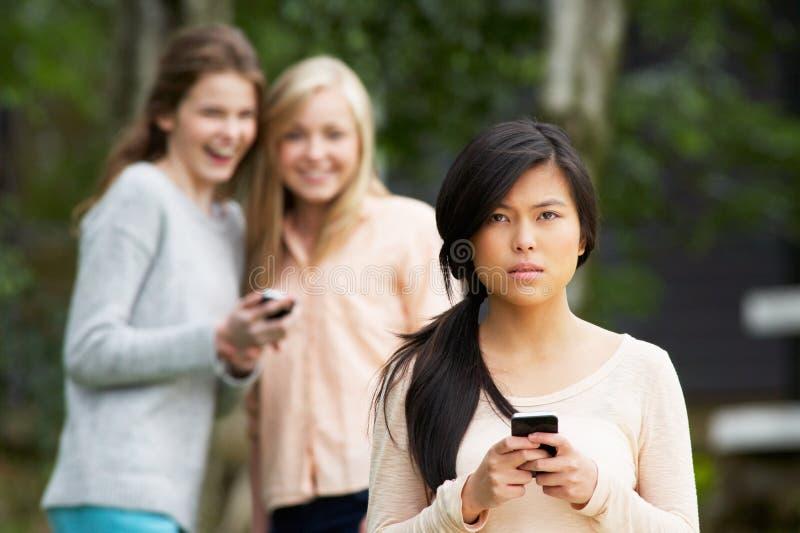 Tiener die door Tekstbericht worden geïntimideerd op Mobiele Telefoon royalty-vrije stock foto's