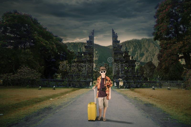 Tiener die een bagage houden dichtbij Handara-poort royalty-vrije stock afbeelding