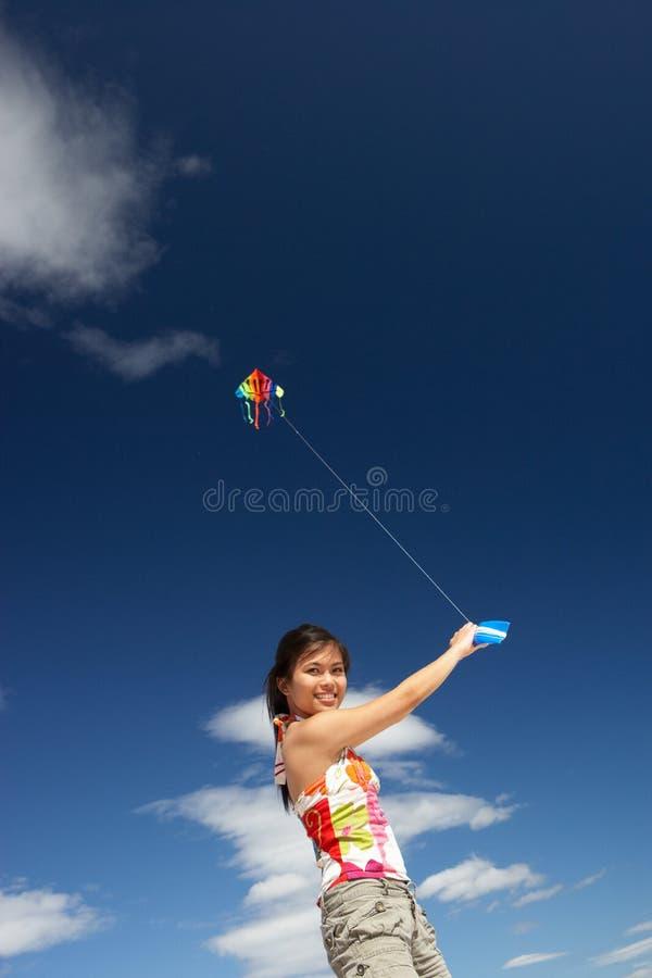 Tiener die een vlieger vliegt stock fotografie