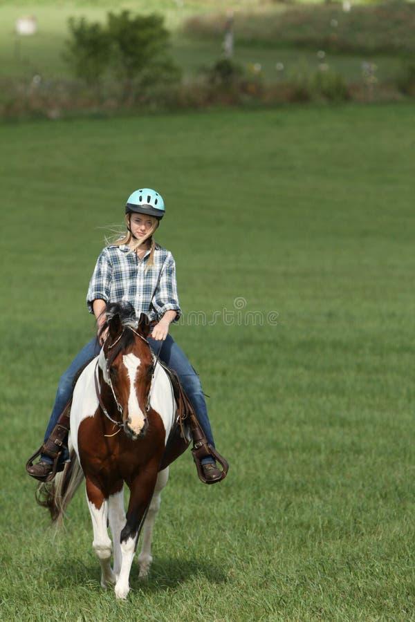 Tiener die haar paard berijdt royalty-vrije stock foto