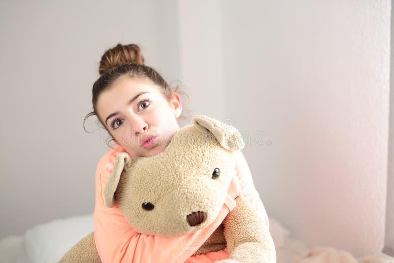 Tiener die haar teddybeer koesteren stock foto's