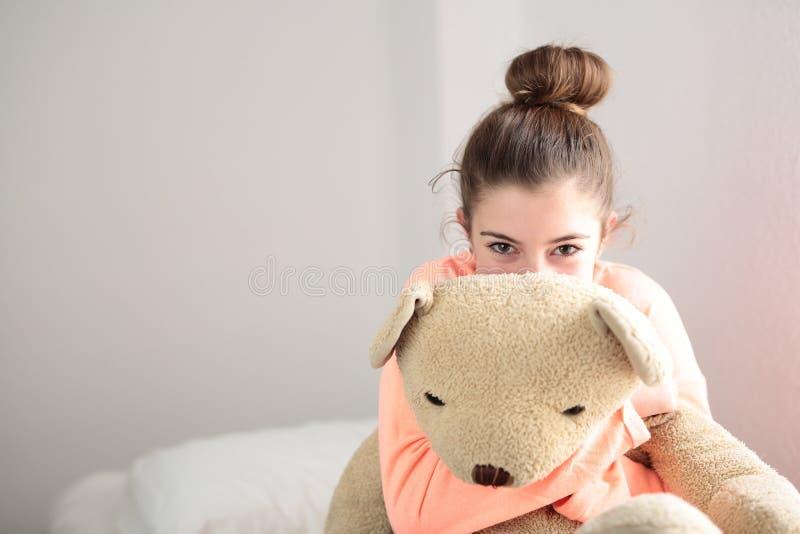Tiener die haar teddybeer koesteren royalty-vrije stock fotografie