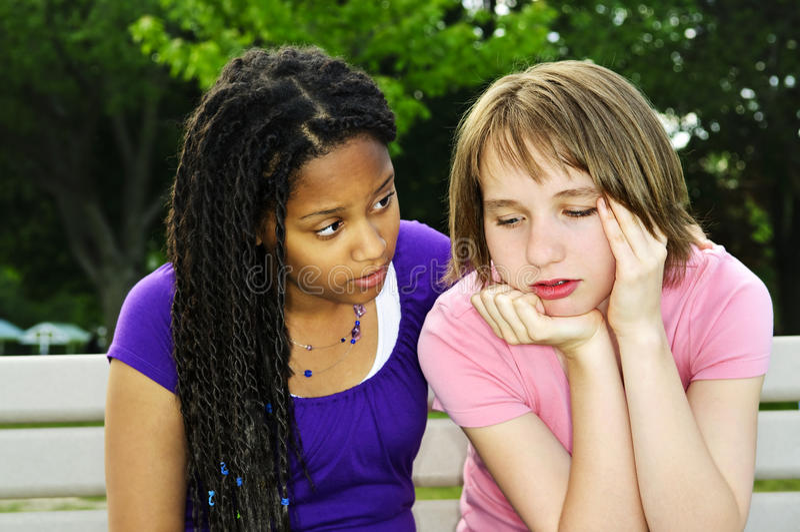 Tiener die haar vriend troost