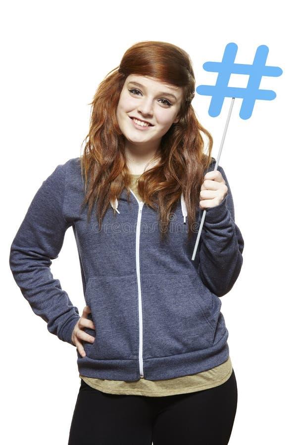 Tiener die het sociale media teken glimlachen houden royalty-vrije stock afbeelding