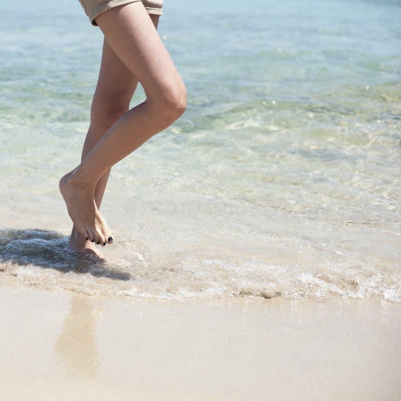 Tiener die in het strand lopen royalty-vrije stock afbeeldingen